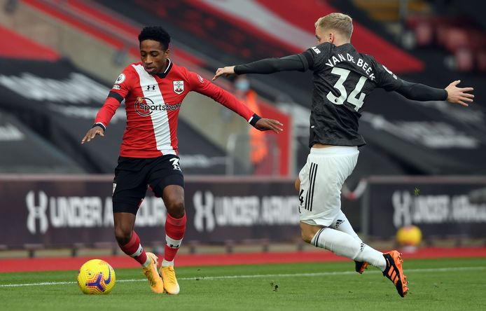 Kyle Walker-Peters (L) en Donny van de Beek .