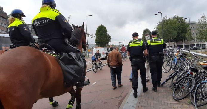 Ook politie te paard is bij de demonstratie aanwezig.