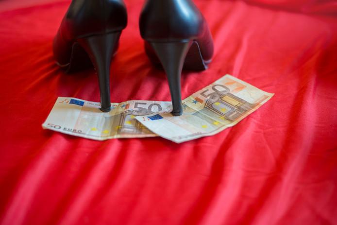 Een loverboy liet zijn verloofde in de prostitutie werken en inde al haar verdiensten. Hij dwong niet met geweld, maar met dreigementen haar te laten vallen. Het OM liet die telefoontjes horen in de rechtszaal.
