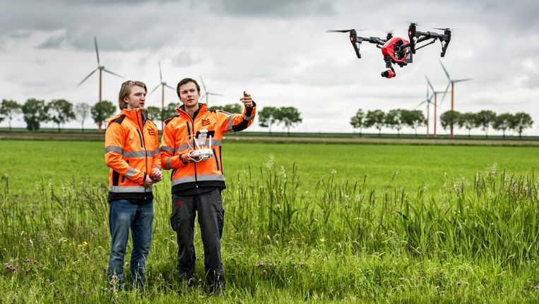 Op het oefenterrein van de Drone Academy van het Almeerse bedrijf Droneland oefenen twee jongemannen met een drone. Beeld Raymond Rutting / de Volkskrant