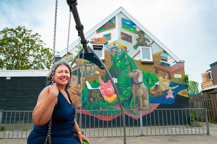 Drie jaar geleden verhuisde Carolien del Court König (57) naar Gouda en ze had altijd al een wens om een draak op haar huis te hebben.
