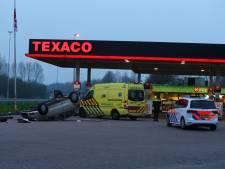 Auto vliegt over de kop bij tankstation langs A2 bij Liempde