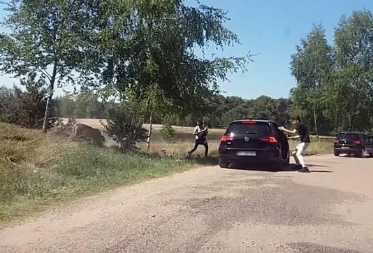 Een Frans gezin stapt met gevaar voor eigen leven uit de auto tijdens een auto-safari
