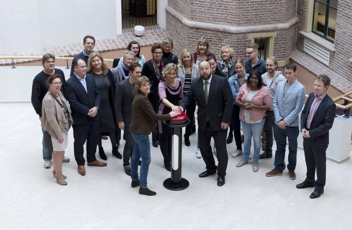 Petra Fokkema (werkzoekende), Annelies de Jonge (wethouder gemeente Zutphen) en Roderik de Wilde (ondernemer DWR Notarissen) verrichtten samen de aftrap van de campagne The Challenge. De Wilde heeft een baan gecreëerd voor Fokkema.
