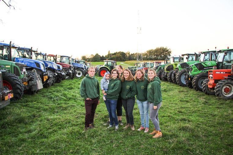 Ben, Vera met dochter Jana, Karolien, Helena, Charlotte en Dana blikken terug op een geslaagde tractorwijding.