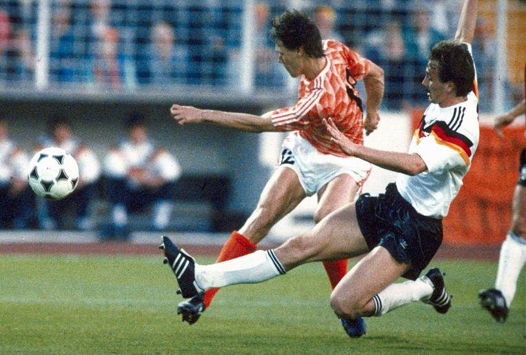 Marco van Basten in actie tijdens de wedstrijd tegen West-Duitsland.  Beeld anp