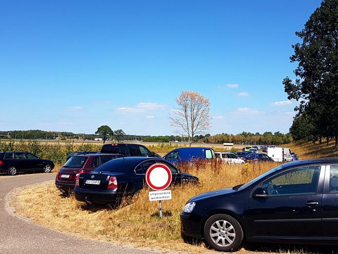 Tot ver in de omtrek parkeren bezoekers van de Galderse Meren hun auto.