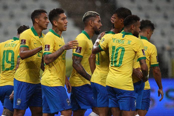 Brazilië viert de derde goal tegen Bolivia, binnengetikt door Roberto Firmino (derde van links).