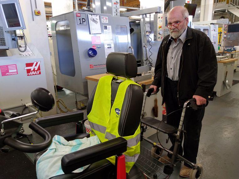 foto repro  Pierre Slegers kan met het hulpstuk waarin hij een looprek schuift op plaatsen komen waar hij met z'n elektrische scootmobiel niet of nauwelijks terecht kan.