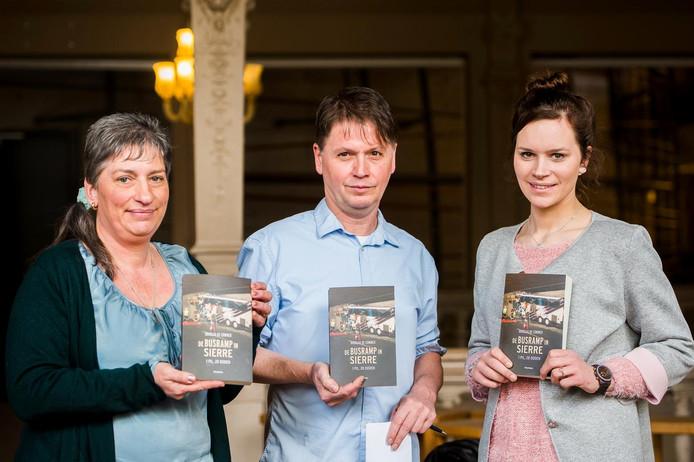 Gerlinde Daris met haar dochter Irla en de Vlaamse journalist Douglas De Coninck die een boek over het busdrama schreef.