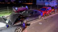 Met Audi tegen drie geparkeerde auto's: een wagen belandt op dak op voetpad