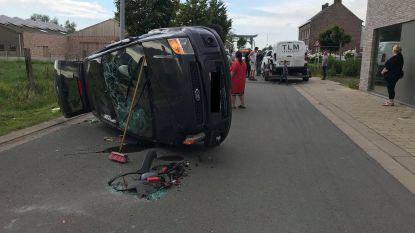 Auto krijgt klapband, botst tegen geparkeerde wagen en belandt op zijde: IJzerstraat in Stavele versperd