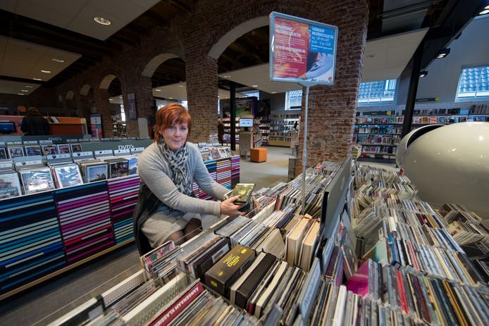 Alie Rijpma van de bibliotheek Kampen tussen de CD's. Eind maart gaan de CD's in de uitverkoop omdat deze niet meer rendabel zijn.