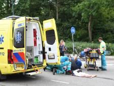 Oudere fietsster gewond na botsing met scooterrijder in Woerden