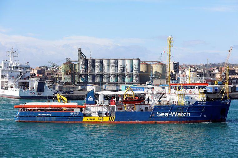 Het schip van de Duitse hulporganisatie Sea-Watch meerde gisteren aan in de haven van Catania.