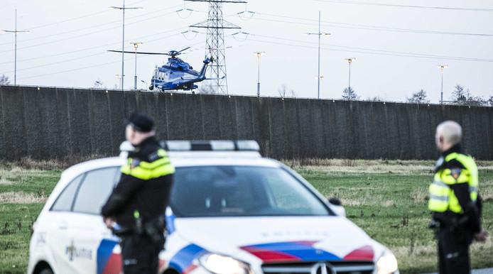 Terwijl de politie de straten af heeft gezet, landt een helikopter op de binnenplaats van de gevangenis in Zutphen om Omar L. over te plaatsen naar Vught.