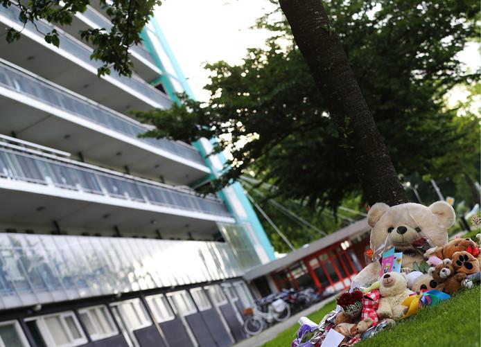 Bloemen en knuffels lagen op de plek onderaan de flat waar het levenloze lichaam van het achtjarige meisje Sharleyne werd aangetroffen. Het meisje woonde met haar moeder op de tiende verdieping van de flat. Het gezin was al een tijd in beeld bij jeugdzorg.