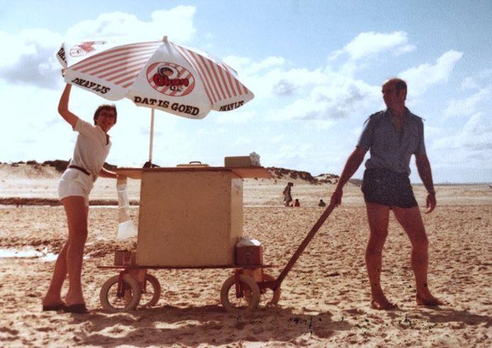 Jannis van de Voorde (rechts) met zijn ijscokar.