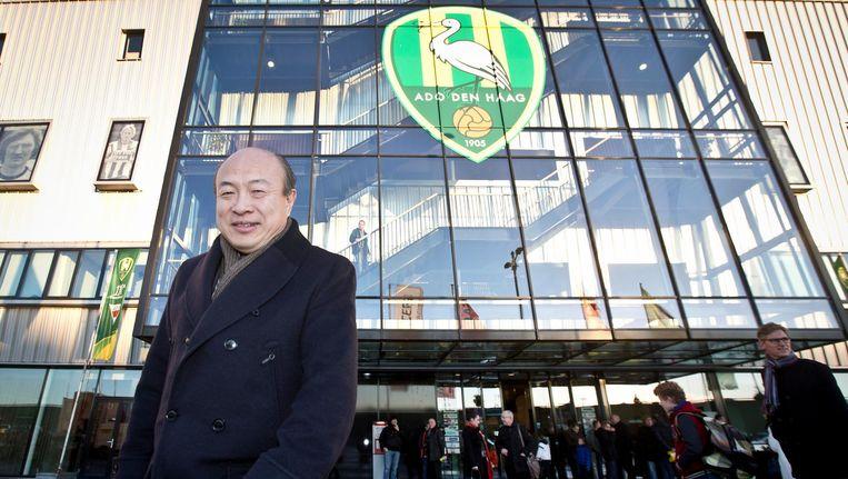 Hui Wang, trots poserend voor het Kyocera Stadion in Den Haag. Beeld null