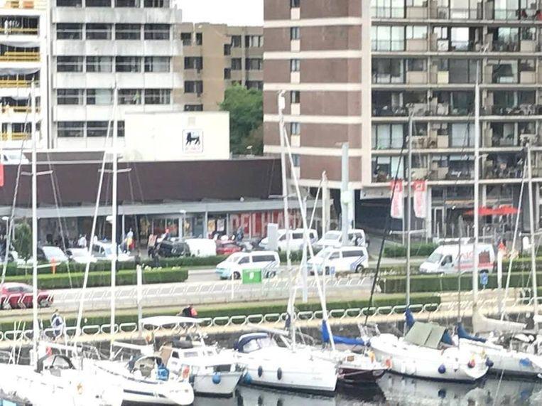 Enkele politiewagens staan voor de Delhaize in Oostende.