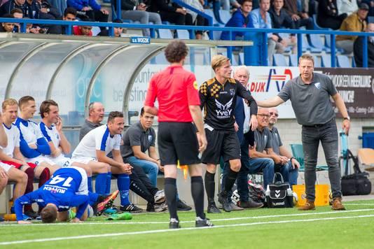Stefan Muller (uiterst rechts) als trainer van Woezik. Hij moet volgend seizoen coach van Achilles'29 worden.