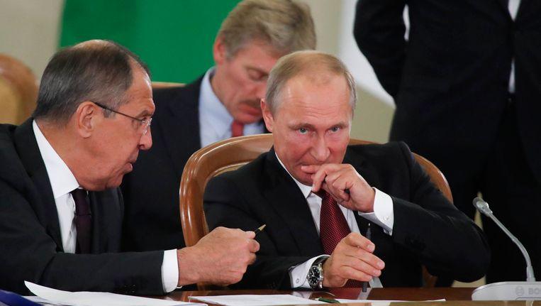Sergei Lavrov (links) en Vladimir Poetin (rechts).