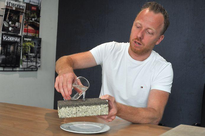 Rob Alards demonstreert de drainageklinker.