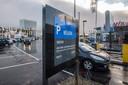 Jumbo en Aldi aan de Belcrumweg in Breda willen niet-klanten van hun parkeerterrein gaan weren: ze betalen 25 euro. Wanneer het regime ingaat? De hoofdkantoren moeten nog uitsluitsel geven.