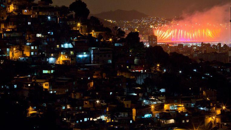 Voor bewoners van sloppenwijk Morro dos Prazeres was alleen het vuurwerk van de sluitingsceremonie te zien Beeld Leo Correa/AP