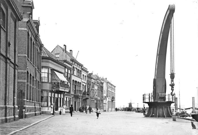 De Dromedaris aan de Merwekade, circa 1910. Links gebouwen van de gasfabriek.
