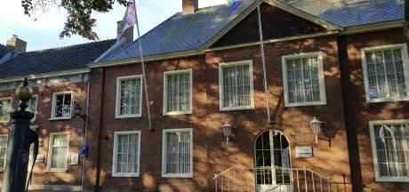 Regenboogvlag wappert voor het eerst aan gemeentehuis in Hilvarenbeek