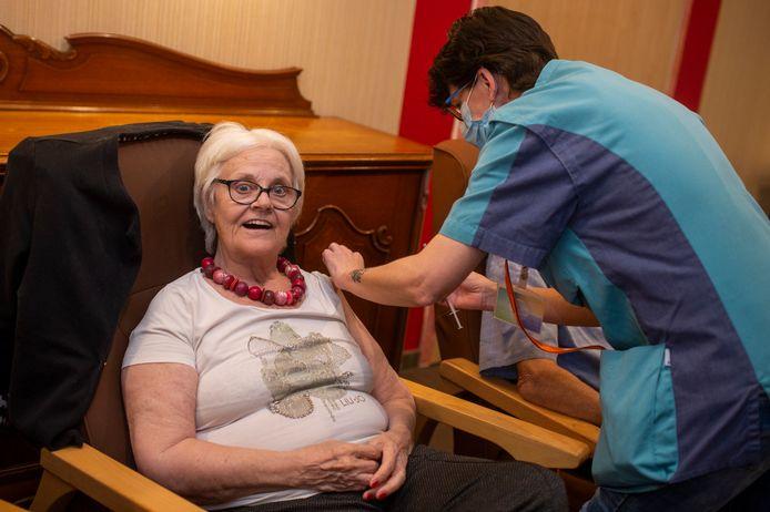 Deze dame uit een woonzorgcentrum heeft haar prikje intussen al gekregen. Maar waar zal U naartoe moeten om uw vaccin toegediend te worden?