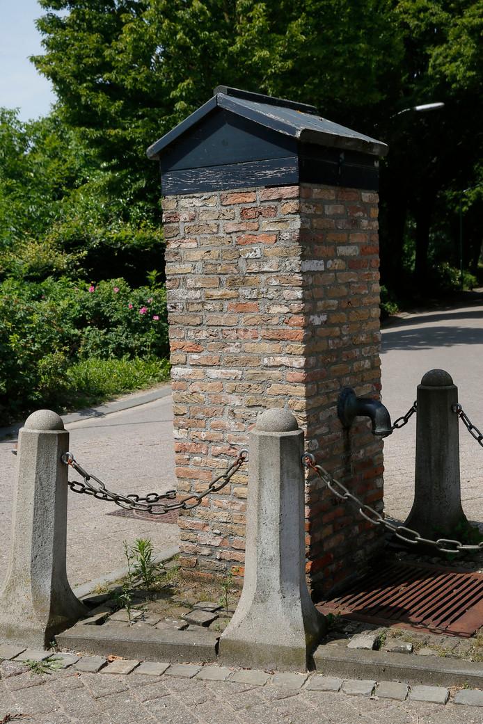 Uitwijk heeft een dorpspomp, die een jaar of tien geleden omver werd gereden door een vrachtwagen.