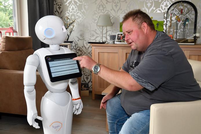 Ruud met sociale robot Phi