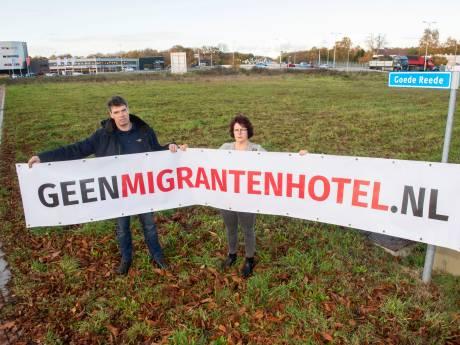 Buurt hangt spandoeken op in protest tegen migrantenhotel in Harderwijk: 'Wat zijn de gevolgen voor ons?'