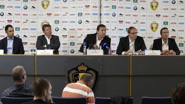 Coach van de beloften Johan Walem (helemaal links).