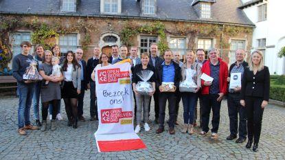 Deelnemers Open Bedrijvendag delen cadeaus uit aan winnende bezoekers