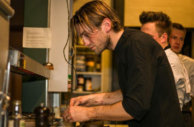 Chef-kok Guy De Jonghe aan de slag in de keuken van zijn restaurant 'Nova'.