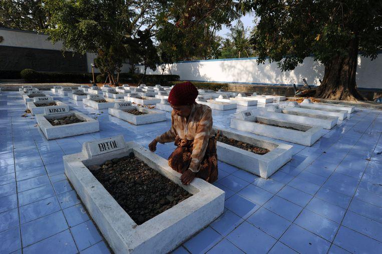 Foto uit 2011. Een weduwe bezoekt het graf van haar man. De slachtoffers van de politionele acties in 1947 zijn allemaal begraven bij dit monument in Rawagede. Beeld anp
