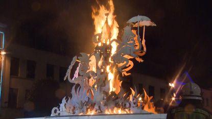 Prins Carnaval steekt met enige moeite de pop in brand