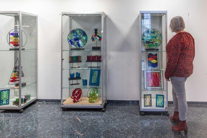 Glas-in-lood in allerlei soorten en maten. Tot 21 februari is de expositie van Plony de Vette te bewonderen in het gemeentehuis van Kapelle.