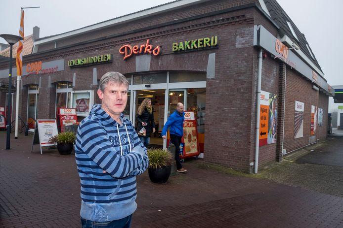 Theo Derks voor zijn Coop aan de Hoogstraat in Overasselt.