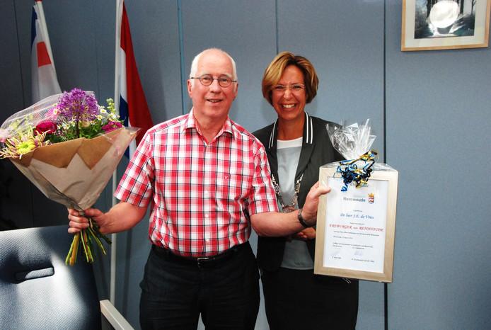 Jan de Vries wordt geëerd door burgemeester Petra Doornenbal-van der Vlist