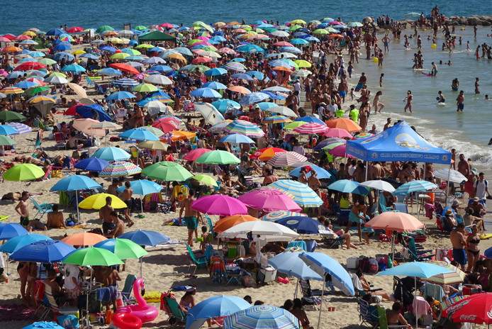Massatoerisme op het puntje van het strand in de Spaanse stad Cadiz.