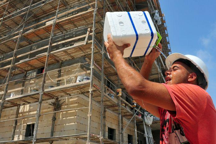 Een bouwvakker koelt zichzelf.