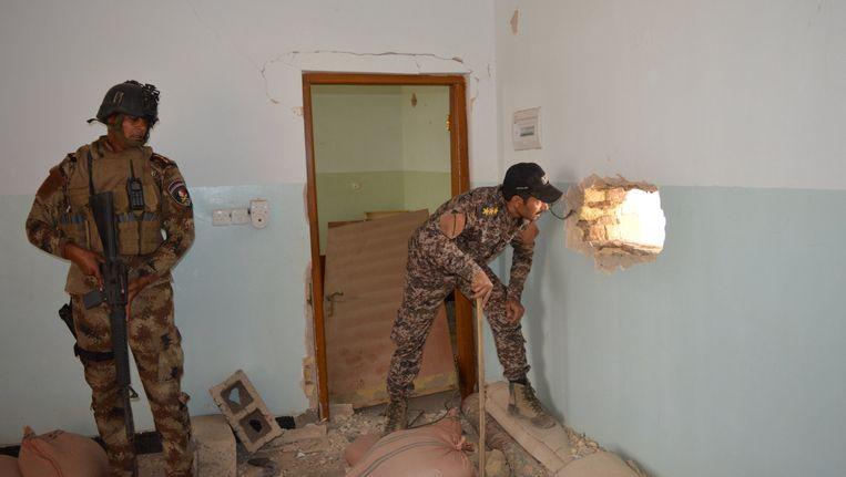 Iraakse veiligheidstroepen inspecteren een huis in Falluja. Beeld reuters