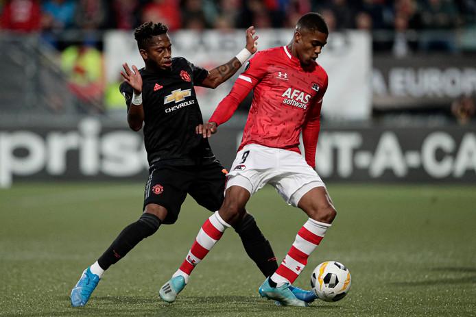 Boadu (r) van AZ in duel met United-speler Fred.