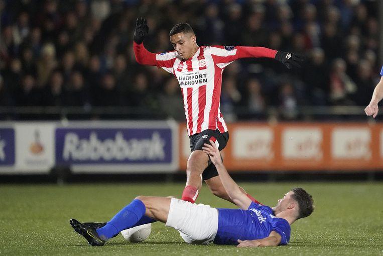 Mohamed Ihattaren van PSV in duel met Mart de Jong van GVVV. Beeld ANP Sport
