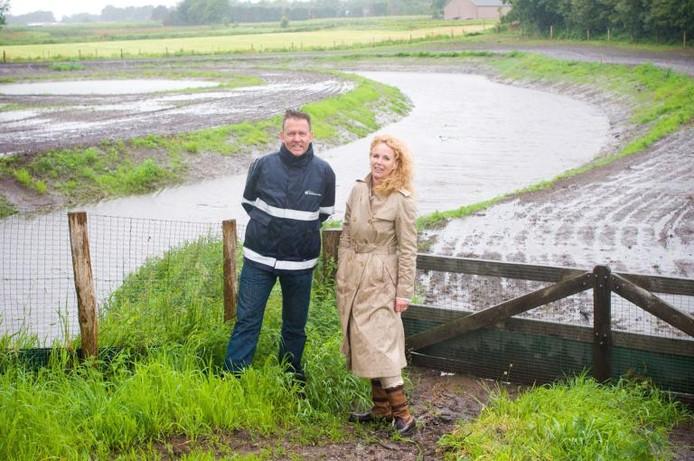 Projectleider Ton van Gorp van Waterschap Brabantse Delta en loco-dijkgraaf Anke Dielissen bij een nieuwe meander in de Kleine Beek aan de Bredaseweg in Zundert. foto Else Loof/het fotoburo