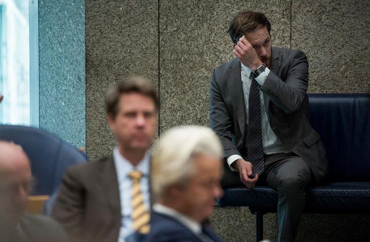 Geert Wilders (PVV) in de plenaire zaal van de Tweede Kamer. Om hem heen, ook in de Tweede Kamer, beveiligers. Beeld Freek van den Bergh / de Volkskrant